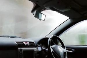 Απίστευτο: Αυτό είναι το κόλπο για να μην θαμπώσουν ξανά τα τζάμια του αυτοκινήτου σας! (Video)