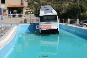 """Λεωφορείο """"βούτηξε"""" σε πισίνα ξενοδοχείου στην Κεφαλονιά!"""