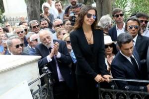Ζωή Λάσκαρη: Συγκλονιστικό ντοκουμέντο από την κηδεία που δεν είχε παρατηρήσει κανείς!