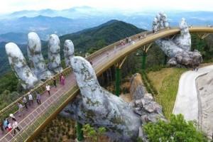 Απίθανο: Δύο χέρια «σηκώνουν» μια γέφυρα στον αέρα στο Βιετνάμ!