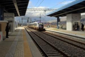 Συναγερμός στον Ασπρόπυργο: Φωτιά σε ελαστικά αυτοκινήτου στις γραμμές του τρένου!