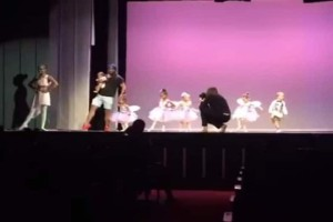 Τέλειο: Ο αξιολάτρευτος μπαμπάς που χορεύει μπαλέτο με την κόρη του!