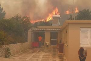 Φωτιά στην Ζάκυνθο: Εκκενώνονται σπίτια! Η πυρκαγιά έφτασε στο χωριό Κερί! (Video)