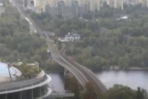 Σοκ: Άντρας απειλεί να ανατινάξει γέφυρα στο Κίεβο!