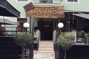 """Meni's Cafe Bar"": Η αυλή που είναι βγαλμένη από άλλη εποχή!"