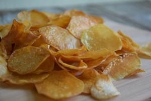 Ξεράθηκαν τα πατατάκια σας; Μην τα πετάξετε! Υπάρχει λύση! (Video)