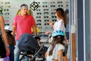"""Χαλαρές στιγμές για την Σταματίνα Τσιμιτσιλή: Με την οικογένειά της για ψώνια! Το """"καυτό"""" τζιν σορτσάκι που μαγνήτισε!"""