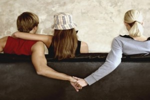 Είμαι το τρίτο πρόσωπο σε μια σχέση. Θέλω να φύγω αλλά δε μπορώ. Τί να κάνω;