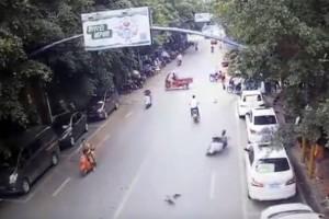"""Επικό: Μια χήνα κατάφερε να """"ρίξει"""" αναβάτρια μηχανής! (Video)"""