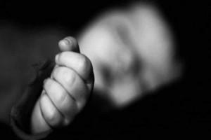 Φρίκη: Βρέθηκε νεογέννητο μωρό μέσα σε τάφο!
