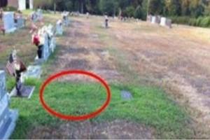 """Δεν μπορούσε να καταλάβει γιατί ο τάφος του γιου της ήταν πράσινος... Όταν έμαθε """"πάγωσε""""!"""