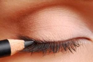 Μουτζουρώθηκες; Ο μοναδικός αποτελεσματικός τρόπος για να φτιάξεις το eyeliner!