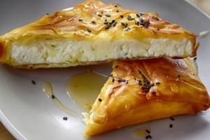 Μαμαδίστικη τυρόπιτα με φέτα και ανθότυρο