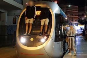 Σοκ: Παιδιά «παίζουν» επικίνδυνο παιχνίδι με το τραμ! (Photos)