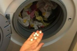 Δείτε τι θα γίνει αν βάλετε μια ασπιρίνη στο πλυντήριο ρούχων!