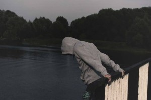 Συναγερμός: Άνδρας απειλεί να αυτοκτονήσει από πεζογέφυρα στην Κύμης!