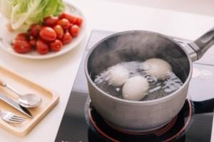 Ρίχνει το νερό από το βρασμένο αυγό στο χώμα των φυτών! Θα σας εκπλήξει ο λόγος!