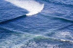 Κοιτούσε τη θάλασσα από ψηλά όταν είδε αυτά τα περίεργα τετράγωνα! - Όταν πλησίασε δεν πίστευε στα μάτια του!