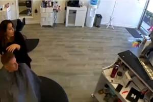 Απίστευτο: Ελάφι σπάει τη βιτρίνα και κάνει έφοδο σε κομμωτήριο! (Βίντεο)