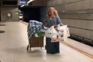 Η άστεγη σοπράνο του μετρό που μάγεψε τους πάντες με τη φωνή της! (βίντεο)