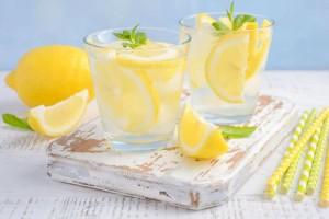 Να πίνετε νερό με λεμόνι κάθε μέρα αλλά μην κάνετε αυτό το συνηθισμένο λάθος!