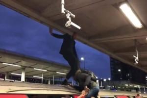 Άγριο ξύλο στο Μετρό του Λονδίνου! Πολίτες χτύπησαν ακτιβιστές! (Video)