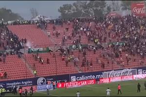 Σκηνές χάους σε ποδοσφαιρικό αγώνα: Αιματηρές συμπλοκές μεταξύ οπαδών! (Video)
