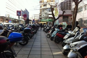 Δίκυκλα: Τέλος στα «στοιβαγμένα» μηχανάκια στα πεζοδρόμια!