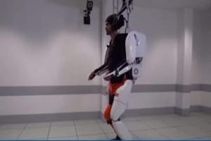 Απίστευτο: Εξωσκελετός ρομπότ βοηθά 28χρονο παράλυτο άντρα να περπατήσει! (Video)