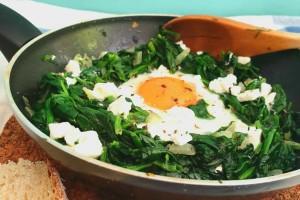 Πρωινό κάτω των 5 ευρώ: Αυγά με σπανάκι και φέτα!