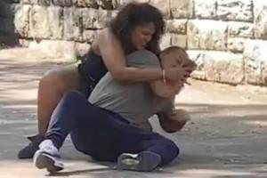 Γυναίκα παλεύει με το αγόρι της για να του ξεκλειδώσει το κινητό με FaceID! (Βίντεο)