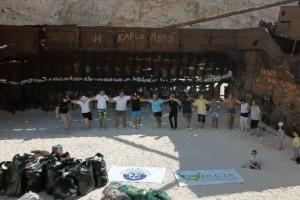 Εθελοντές καθάρισαν το «Ναυάγιο» στη Ζάκυνθο και το γιόρτασαν χορεύοντας «Ζορμπά»! (Βίντεο)