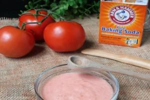 Ρίχνει μαγειρική σόδα στις ντομάτες! Αυτό που γίνεται είναι θαυματουργό!