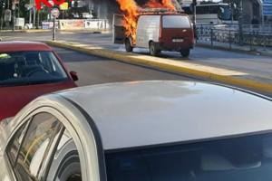 Φορτηγάκι έπιασε φωτιά εν κινήσει στο Κιάτο!