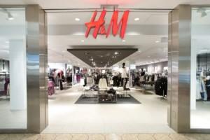 H&M: Το πουλόβερ με πέρλες που φοράνε οι fashion bloggers κοστίζει μόλις 19 ευρώ!
