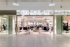 Stradivarius: Αγοράστε την πλισέ φούστα με το τέλειο χρώμα πριν εξαντληθεί!