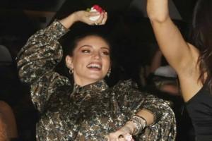 Σε τσακίρ κέφι η Αθηνά Οικονομάκου: Πετούσε στην πίστα τα γαρύφαλλα! Φωτογραφίες ντοκουμέντο με μίνι φούστα...