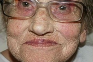 Η γιαγιά της φωτογραφίας μεταμορφώθηκε. Η αλλαγή της θα σας αφήσει με το στόμα ανοιχτό!