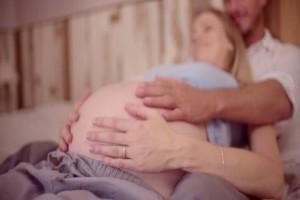 Λαμπρινή, 27 ετών: Έμεινα έγκυος από τον ζηλιάρη εραστή μου αλλά θέλω να το μεγαλώσει ο άντρας μου
