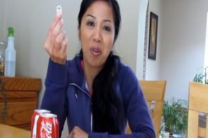 Παίρνει το μεταλλικό καπάκι του αναψυκτικού και το βάζει στην ντουλάπα... Θα το κάνετε κι εσείς! (Video)