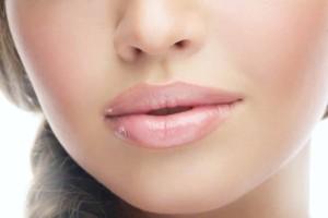 Τι πρέπει να κάνετε για να έχετε απαλά χείλη;