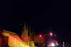 Σοκ στην Λαμία: Αυτοκίνητο εγκλωβίστηκε κάτω από γέφυρα!