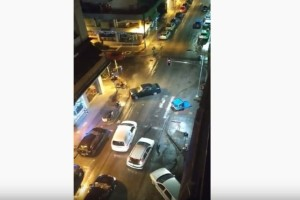 Αδιανόητο: Άντρας παρέσυρε κάδους και αυτοκίνητα και... έφυγε από το σημείο! (Video)