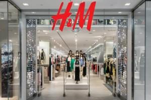 H&M: Το εντυπωσιακό μαύρο πέδιλο που θα κάνει τους πάντες να κοιτάνε τα πόδια σου κοστίζει μόνο 34 ευρώ!