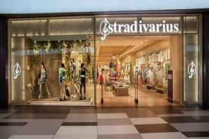 Stradivarius: Βρήκαμε το midi φόρεμα με δαντέλα που πρέπει να έχετε στην ντουλάπα σας!