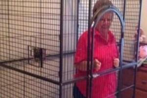 Τύπος έβαλε τη γιαγιά του σε κλουβί! Ο απίστευτος λόγος που έφτασε στα άκρα!