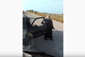"""Ιερέας """"καταστροφέας"""" σπάει πούλμαν στη Σαντορίνη! (Video)"""