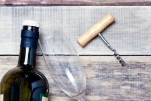 Αυτή είναι η λύση για να ανοίξετε ένα μπουκάλι κρασί χωρίς ανοιχτήρι!