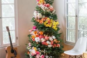 Τέλος τα στολίδια στο Χριστουγεννιάτικο δέντρο! Η νέα μόδα τα θέλει με λουλούδια και είναι τέλεια!