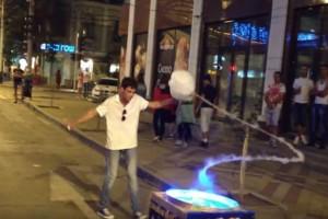 Κάνει μαγικά κόλπα στο δρόμο και οι πάντες μένουν... άφωνοι! (Video)